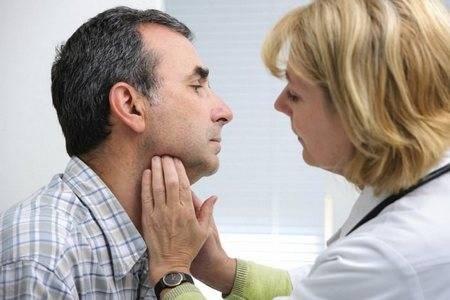 Мужчине проверяют горло