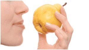 Женщина нюхает грушу