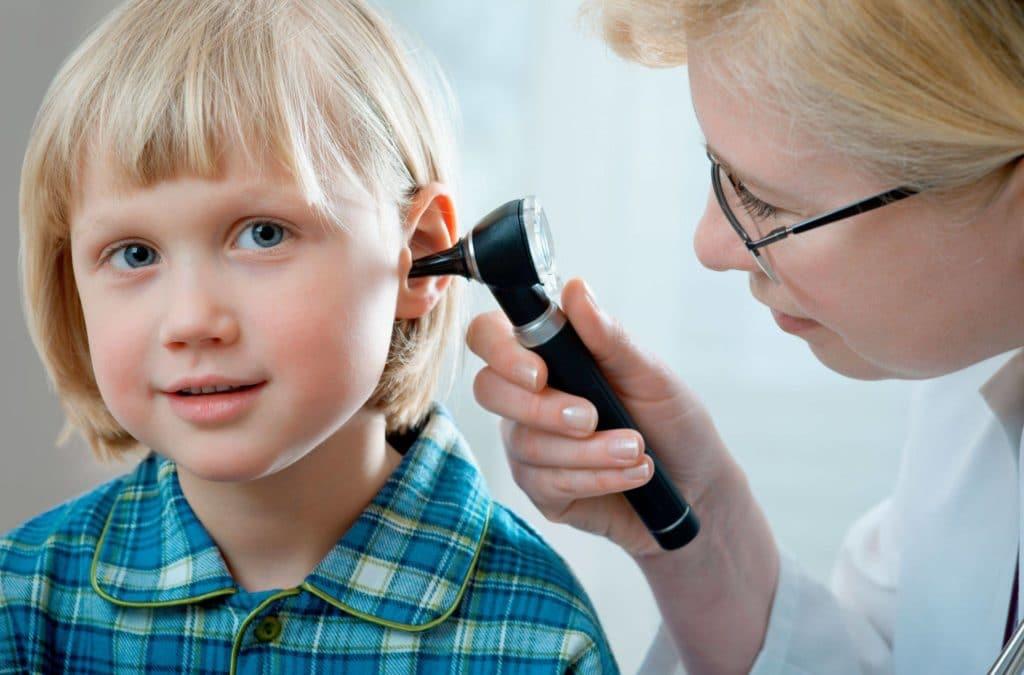 врач смотрит ухо