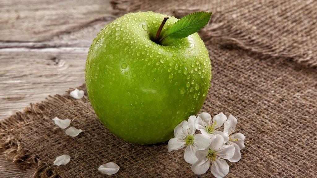 Сок кислого яблока от бородавок