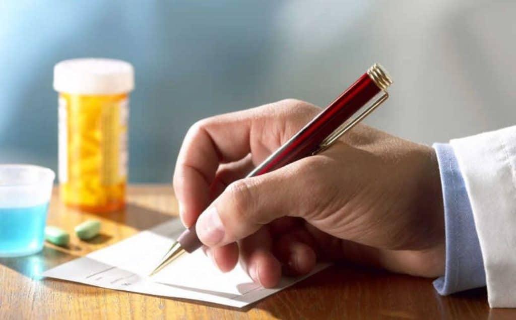Врач назначает таблетки от псориаза