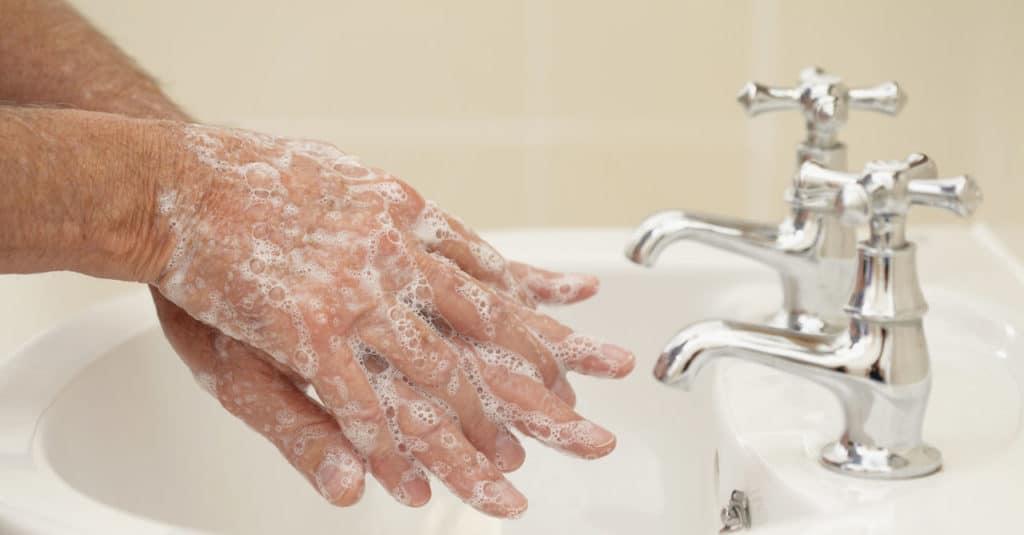 Подготовка рук к лечению грибка