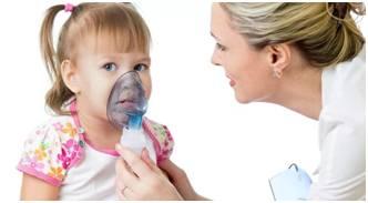 врач делает девочке ингаляцию