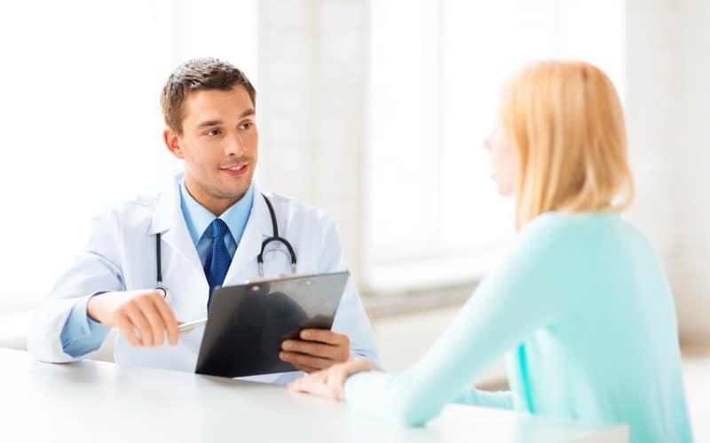 Молодая женщина на приеме у доктора